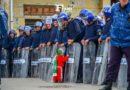 Algérie: les manifestants maintiennent les manifestations, des volontaires nettoient