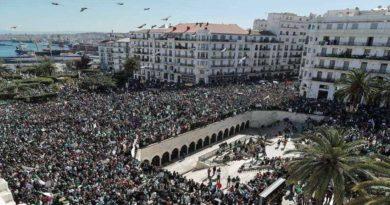 """Manifestation monstre des algériens qui exigent le départ du """"système"""""""