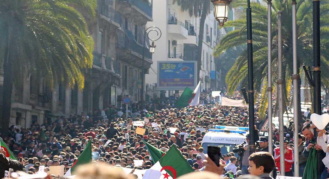 """Algérie : Le pouvoir salue les manifestants qui exigent la fin du """"Système"""""""