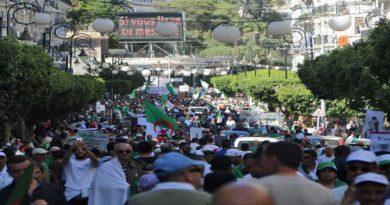Alger: Pour la première fois depuis février la police empêche la marche étudiante