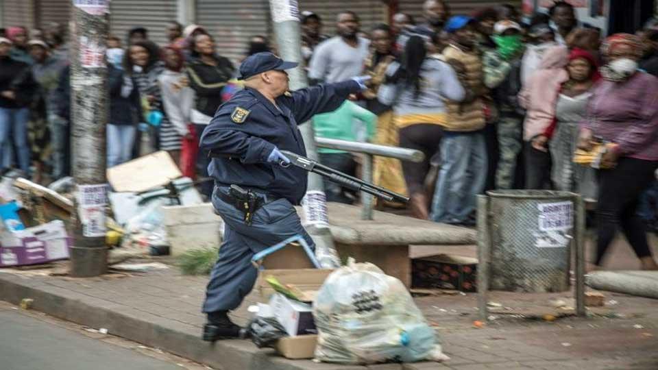Coronavirus : La police  Sud-Africaine tire des balles en caoutchouc pour faire respecter le confinement