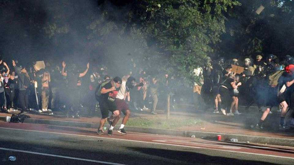 Etats Unis : Tirs de gaz lacrymogènes contre des manifestants à Washington