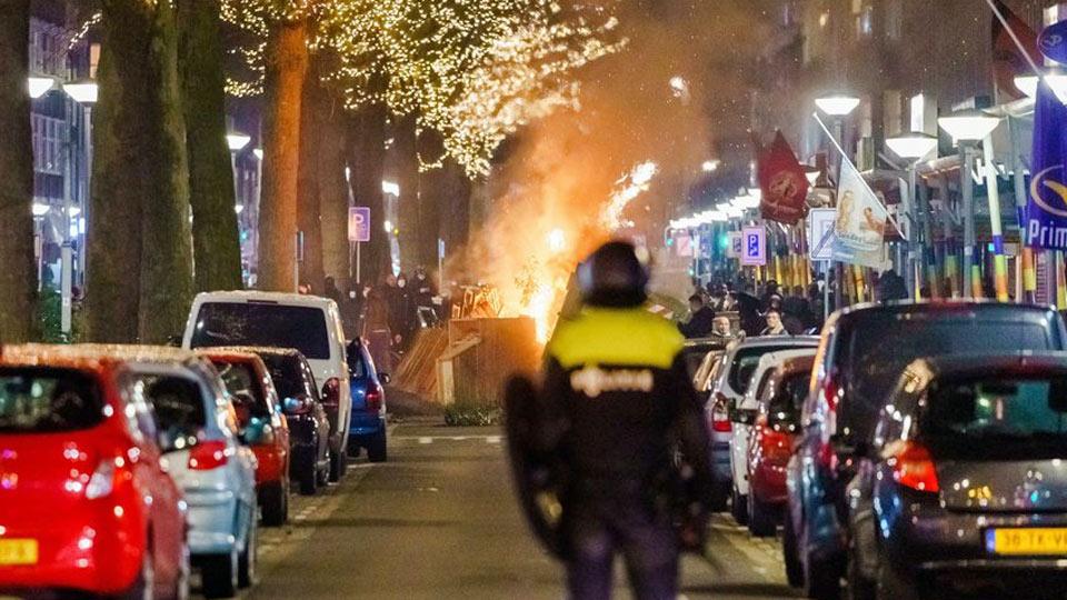 Troisième nuit d'émeutes aux Pays-Bas pour protester contre le confinement